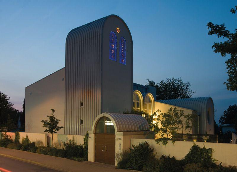 Synagogenbuch-Beit-Tikwa-Aussenaufnahme-abends